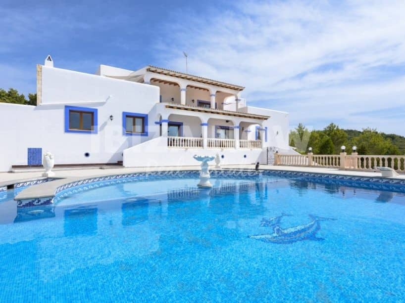 Large finca style villa for sale close to the beach of Cala Lleña, Ibiza.