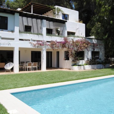 Renovated 5 bedroom villa with views to Ibiza, Formentera and the sea.