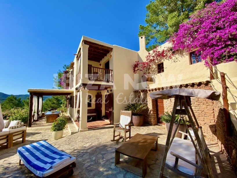 Large finca with 7 bedrooms on large plot with views of the countryside, San Rafael, Ibiza